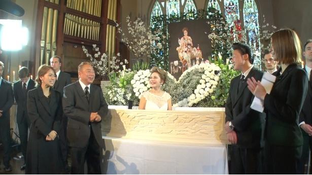 【写真を見る】模擬葬儀中に何度も「生き返る」デヴィ夫人に、一同は笑わずにいられるか!?