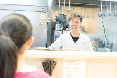 スープまで完食したみぃぽぽを見て、クールな店長の丸山さんも笑顔に