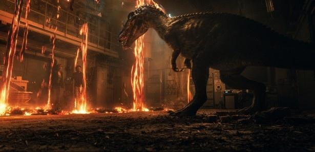 【写真を見る】大噴火で混乱するジュラシック・ワールド!恐竜はふたたび絶滅してしまうのか?