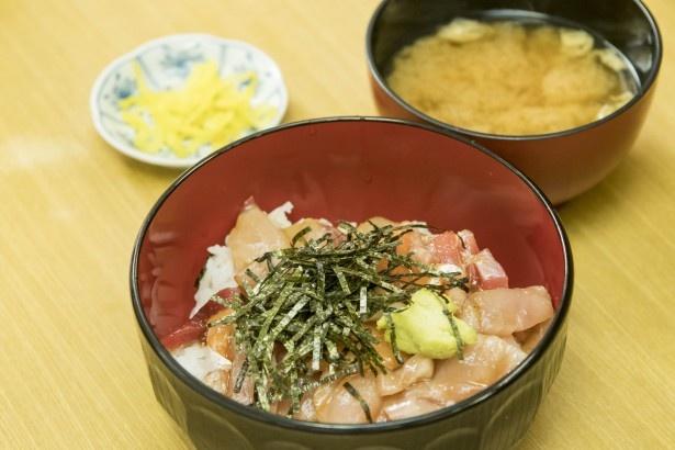 【写真を見る】老舗の安ウマ海鮮丼「柳橋食堂」の「海鮮丼」(1杯670円)は5種類のネタが盛られる