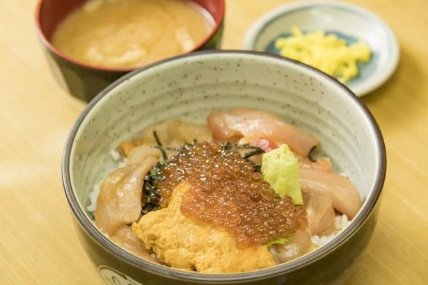 「デラックス海鮮丼」(2000円)。定番の海鮮丼にウニとイクラをのせたもの。すべての丼に味噌汁、漬物が付く