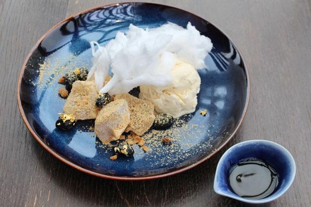 「みたらしわらび with マカデミアナッツ」(単品980円)。甘じょっぱいみたらしソースと、濃厚なマカデミアナッツアイスクリームのハーモニー