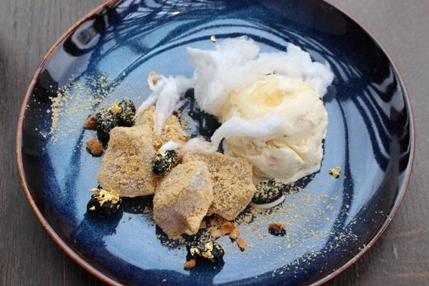 「みたらしわらび with マカデミアナッツ」(単品980円)は、みたらしをかけると綿菓子が溶けていく様子も面白い
