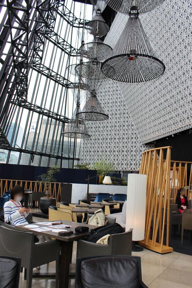 天井が高く開放的な空間で、ゆったりした時間を過ごせる