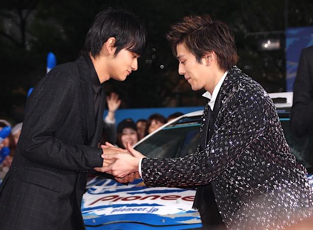 【写真を見る】ガッチリ握手を交わした新田真剣佑と北村匠海