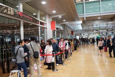 早朝から多くのファンが並び、開場を待ちわびた