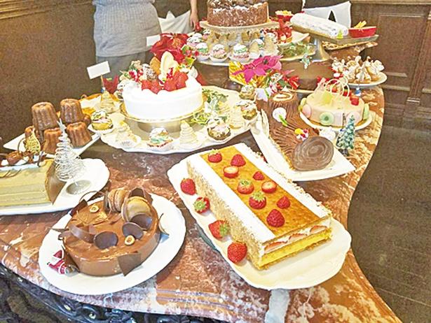 色とりどりのケーキやカナッペなどがズラリ。名物の中津川モンブランは必食!