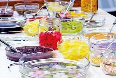 白玉や寒天、黒ミツなど、自家製の甘味のトッピングが豊富。イチゴ、キウイ、アイスクリームのトッピングがおすすめ