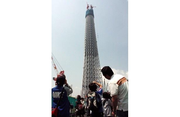 5月1日現在で358mの高さになった「スカイツリー(R)」。建設中のタワーを見られるのは今だけとあって、GW初日は「押上駅」「業平橋駅」周辺は見学者で大混雑に