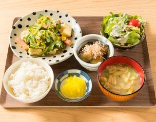 この日の「日替わり定食」(880円)のメインは、沖縄産のゴーヤを使ったゴーヤチャンプル。丁寧な下処理でゴーヤ特有の苦味を和らげている