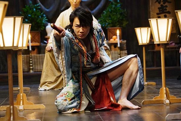 綾野剛が、走りながらの見事な殺陣を披露する!