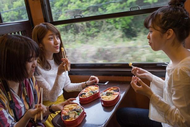 「栗めし弁当」は、『人吉駅』のホームほか、車内で乗務員に注文すれば『人吉駅』で受け取ることもできる