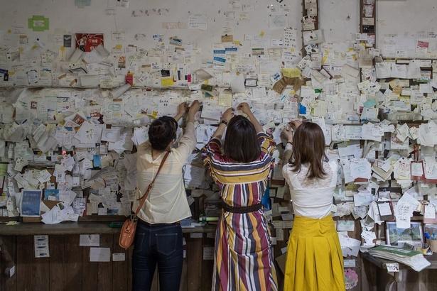 『大畑駅』の待合室には名刺が所狭しと貼ってある。「どこに貼ればいいかな(笑)」