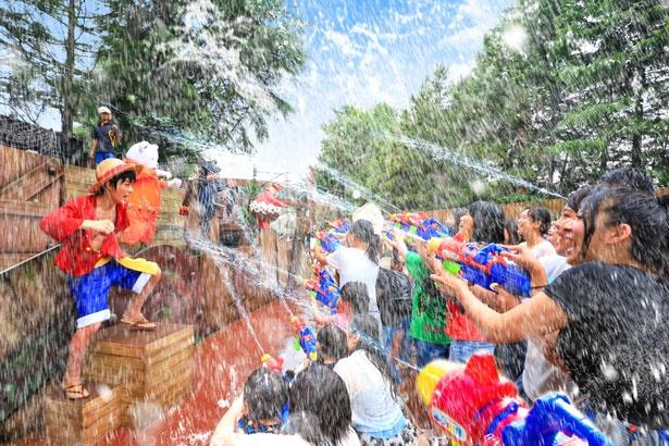 夏ならではのワンピース・ウォーターバトル」。白熱する水かけバトルが例年大好評。※画像は昨年のもの(画像提供:ユニバーサル・スタジオ・ジャパン)