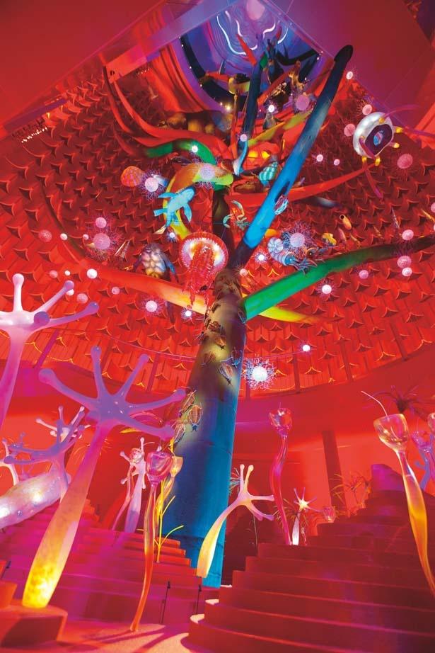 「生命の樹」。5色の樹は五大陸を表現している/太陽の塔