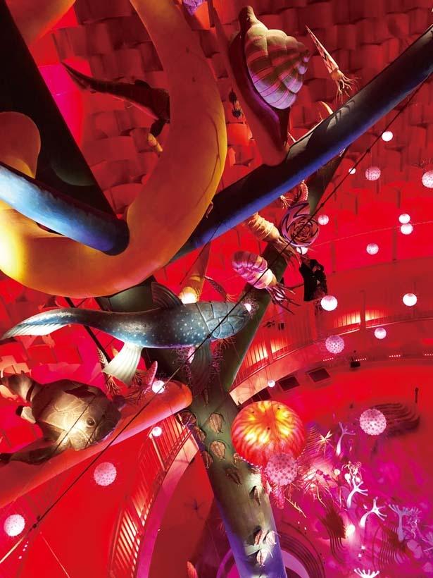 【写真を見る】生命の進化の過程を表す「生命の樹」/太陽の塔