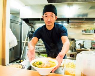 鶏ガラと丸鶏のみをじっくりと炊き上げた鶏100%の清湯(チンタン)スープ。一切の不純物がなく、黄金色に光輝く
