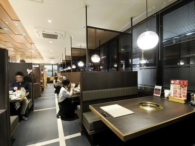 【写真を見る】すべて半個室スタイルを採用。6名掛けのテーブル席が中心