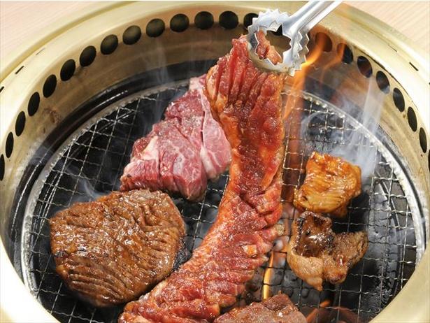 棒状の塊肉のワンカルビは、豪快に焼いてからハサミで切って食べよう