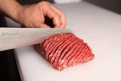 厚切りの肉にミリ単位のスリットを入れる。厳選した肉を店内で調理することがこだわりの一つ