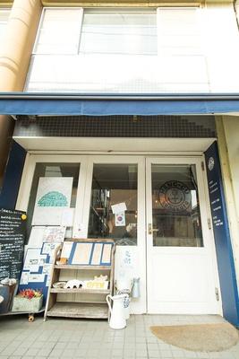 一見、韓国料理店とはわからないカフェのような店構え。