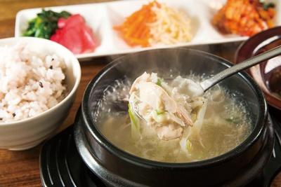 ヘルシーな食材がたっぷりと使われた「参鶏湯 サムゲタンセット」(1,200円)