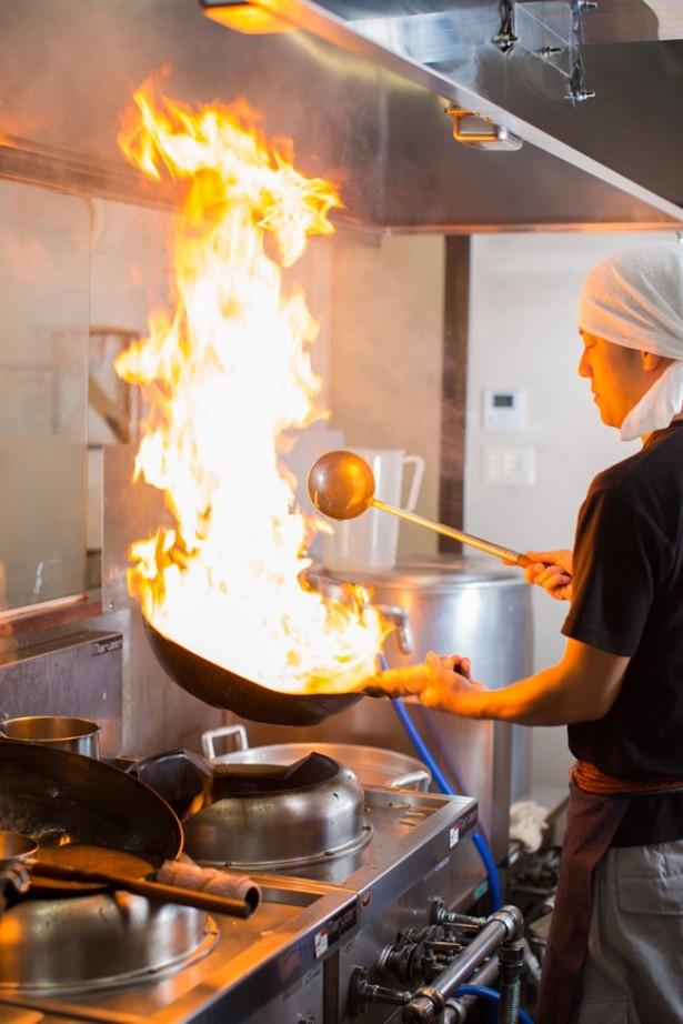 「麺屋 玄」では、炎が上がるほど、強い火力で炊き上げるスープが特徴
