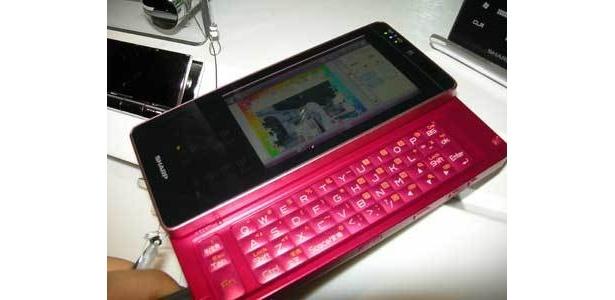 キーボード付きのスマートフォンは色もかわいい