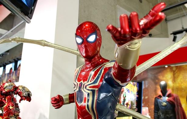 アイアンマンにプレゼントされたスーツに身を包んだスパイダーマン
