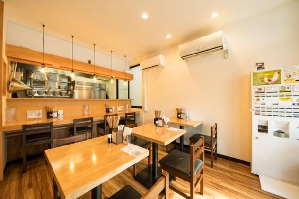 地鶏らーめん はや川。白壁、木のテーブルというシンプルな造りの店内