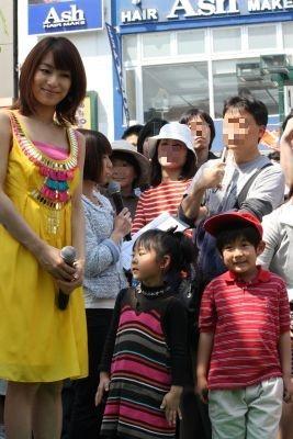 イベントに参加した子どもたちと除幕式に出席