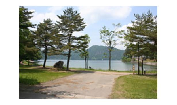 施設も整っているので湖畔で快適なキャンプができる