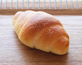 「塩バターロール」(120円)。生地は旨味が逃げないよう、オーバーナイト法(長時間冷蔵発酵)でゆっくりと熟成させる