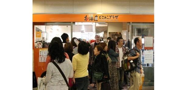 アンテナショップ「北海道どさんこプラザ」は歩けないぐらいの混雑ぶり!