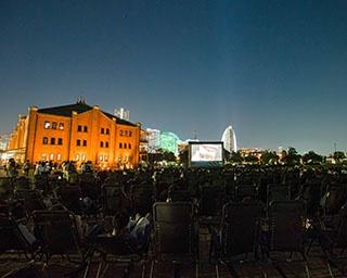 ライトアップされた横浜赤レンガ倉庫と一緒に映画を見られる※過去開催の様子