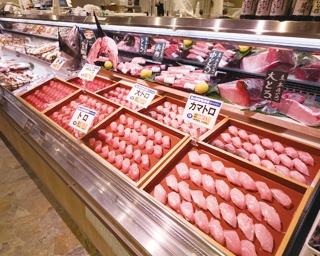 さばきたての刺身はもちろん、にぎり(108円〜)も並び1貫から購入可/魚と海鮮寿司酒場 街のみなと