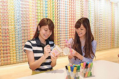 自動販売機でカップを購入し、カラフルなペンで自由に絵や文字を描く。思わず時間を忘れて熱中してしまう人も多いそう
