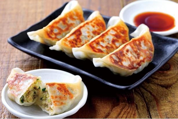 【画像を見る】「ビーエンジー ニコルソン」の宇都宮餃子はキャベツ、玉ねぎ、ニラをふんだんに使用し、何個でも食べられる