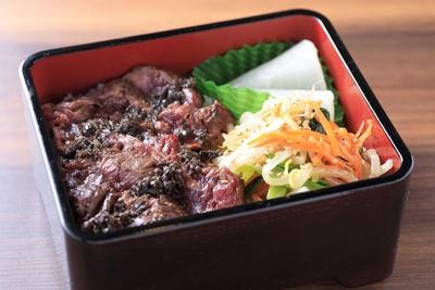 日本初の国産和牛ハラミの焼肉専門店「北新地 はらみ」のハラミかつ重 トリュフソース。ハラミとトリュフの至高の味を