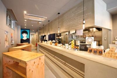 """【写真を見る】福岡で話題の""""泊まれる立ち飲み""""「Hostel STAND BY ME」。フォトジェニックな店内は、女性客も多く平日からたくさんの人でにぎわう"""