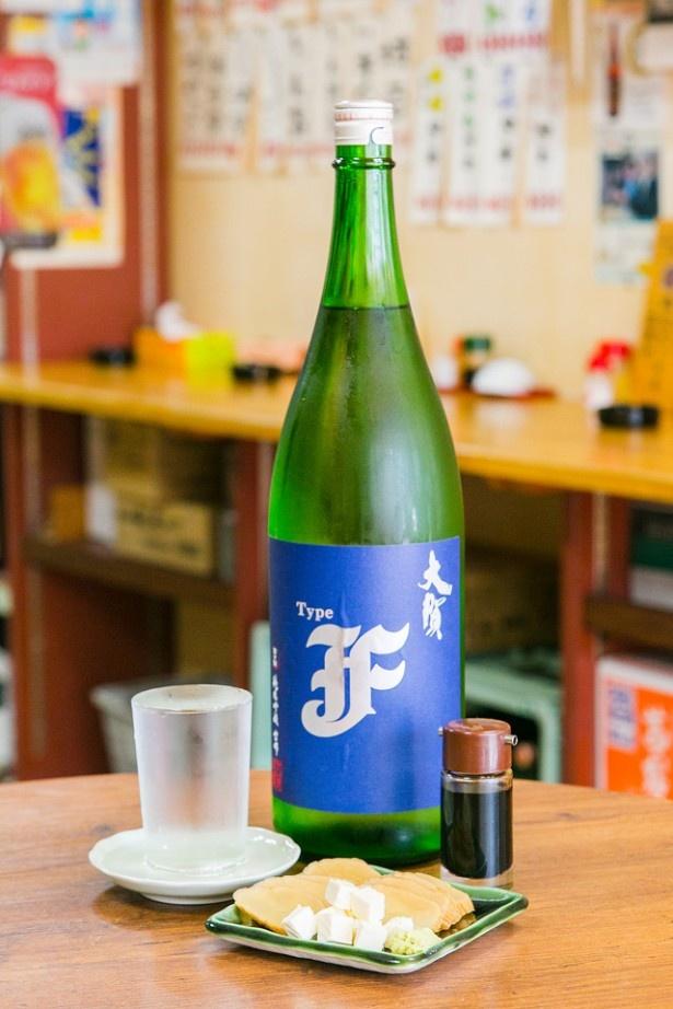 <小谷酒舗>大賀酒造の純米吟醸「Type F」(400円)と「いぶりがっこ&クリームチーズ」(350円)