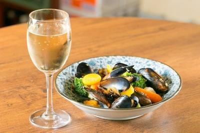 <小谷酒舗>「グラスワイン」(290円)と「ムール貝と野菜」(480円)