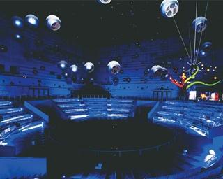 当時の最新技術が集結した「スペースシアター」。ダイナミックな演出をガラス越しに見学できる
