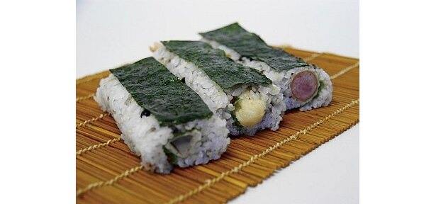 古代米とウインナーや海老天をミックスさせた「都ドッグ」(300円)はココでしか食べられない!