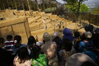 高尾山さる園・野草園も混雑。スタッフとサルのやり取りで客が沸いていた