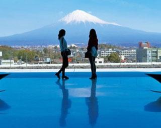 建物前に水盤が設置されており、水面に富士山の形のシルエットが映る/静岡県富士山世界遺産センター