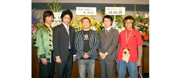 左から山田悠介、五十嵐隼士、ラサール石井、遠藤雄弥、和田正人