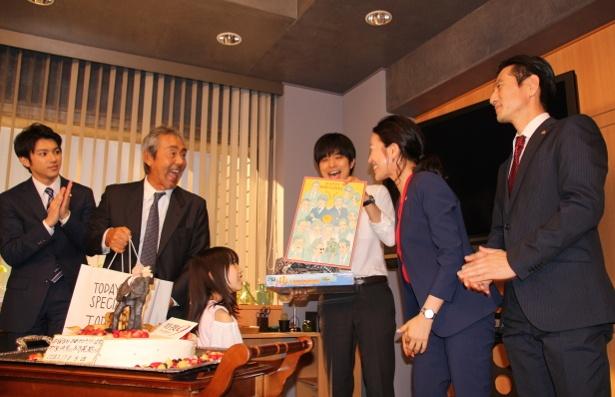 【写真を見る】みんなからのプレゼントに大喜びの井ノ原快彦と寺尾聰