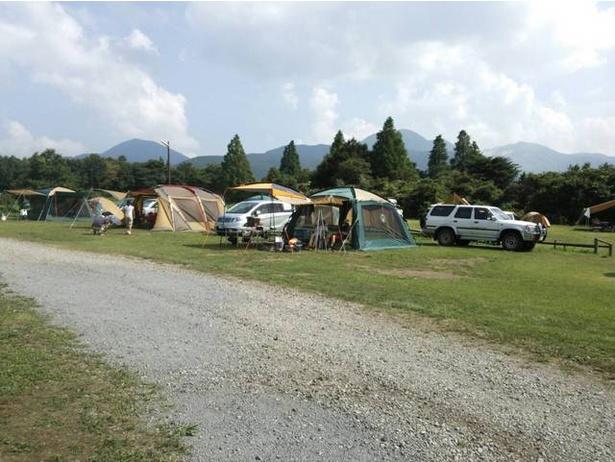 雄大な山々の景色が広がるキャンプサイト