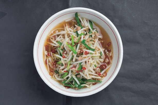 台湾らーめん(680円)。後からジワっとくる辛味が特徴のスープは、飲むたびに辛さが倍増!ニンニクやニラ、モヤシが入っていてスタミナ抜群! / ラーメン江楽